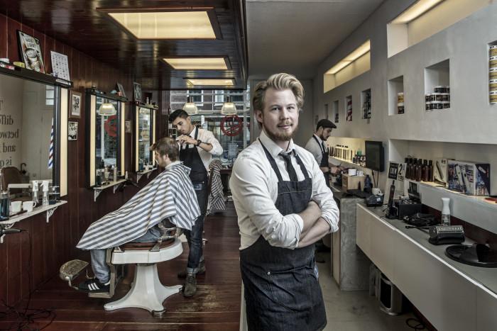 ... in zijn Barbershop aan de Westersingel. Fotos: Pepijn van den Broeke