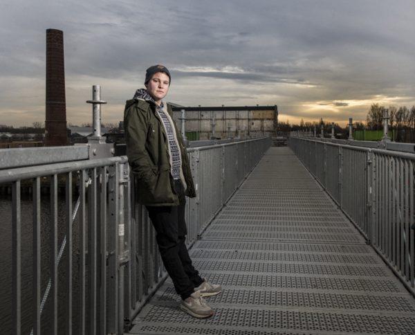 Jordi Meijerink aka Jolar Drim, techno muzikant, op de achtergrond de oude suikerunie. foto: Pepijn van den Broeke