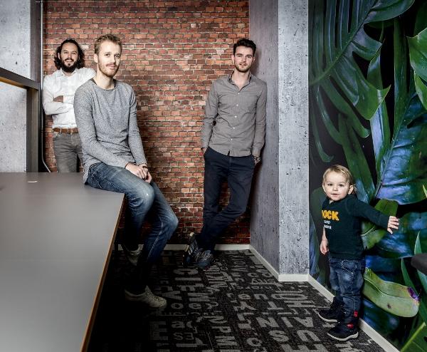 Goodr, vlnr: Arjan Geertsema (CTO), Ewan Scholte (CEO), Bjorn Boes ( Marketing en Sales ) en Matteo (zoontje van Arjan. foto: Pepijn van den Broeke